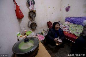 Bị chồng con bạo hành, người mẹ già sống dưới cống 20 năm