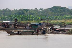 Hút trộm cát sỏi ở sông Hương