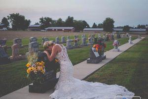 Cô dâu chụp ảnh cưới bên mộ vị hôn phu