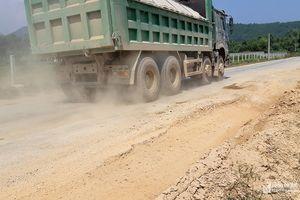 Xe tải làm hỏng đường mới nâng cấp, sửa chữa ở Nghi Lộc