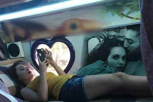 Chụp lén mỹ nữ nằm vọc ĐTDĐ trên xe khách đi Sa Pa, bất ngờ khi biết danh tính