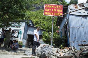 Đá rơi đe dọa cuộc sống người dân dưới chân núi Ba Hòn