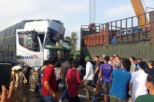 Nghệ An: Xe tải tông vào đuôi xe container đầu nát bét, tài xế nhập viện nguy kịch
