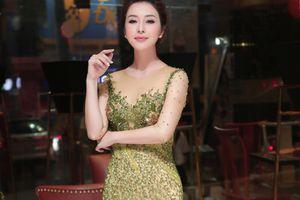 Gái 3 con Jennifer Phạm mặc váy xuyên thấu đốt mắt người nhìn