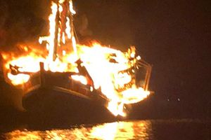 Phú Quốc: Tàu cá cháy dữ dội trên biển, ước tính thiệt hại 13 tỷ đồng
