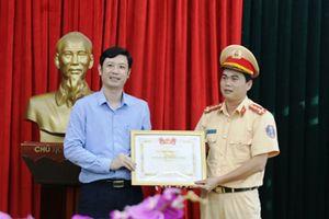 Thanh Hóa: Khen thưởng đại úy công an cởi áo cứu người gặp tai nạn giao thông