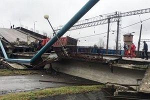 Cầu cao tốc Nga nặng hàng trăm tấn bất ngờ đổ sập xuống đường ray xe lửa