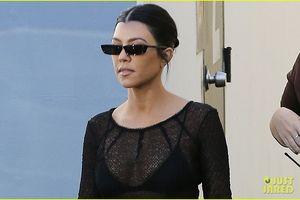 Kourtney Kardashian tự tin xuống phố với gu thời trang gợi cảm