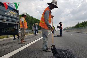 Vì sao tuyến cao tốc Đà Nẵng - Quảng Ngãi mới thông xe đã hư hỏng?