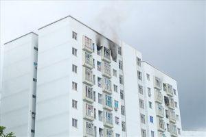 Người dân hốt hoảng vì khói lửa bốc lên tại tầng 12 chung cư ở Đà Nẵng
