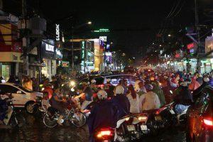 TP HCM: Triều cường 'đụng' trời mưa, giao thông tê liệt