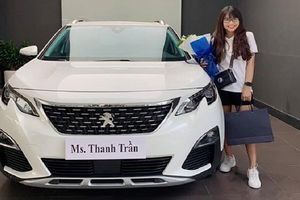 Dân mạng 'lé mắt' với hình ảnh vlogger Việt tậu xe siêu sang