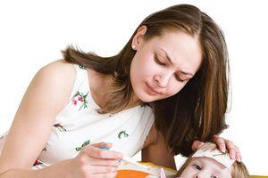 8 cách hạ sốt cho bé an toàn, nhanh chóng mà không cần dùng thuốc