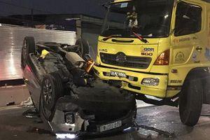 Ô tô lật ngửa trên QL1 sau va chạm, 3 người kẹt trong xe
