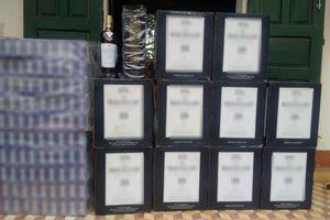 Thấy đội đặc nhiệm, bỏ lại 60 chai rượu, 1.000 gói thuốc lá lậu chạy vào rừng