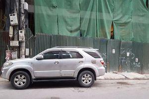 Sắt từ công trình xây dựng rơi xuyên thủng kính ô tô 7 chỗ đang đỗ