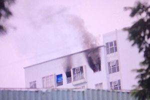 Cháy kèm nổ lớn ở tầng 12 chung cư, hàng trăm người dân tháo chạy