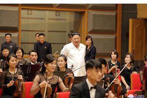 Ông Kim Jong-un trầm trồ ngắm nhà hát mới xây bên bờ sông Bình Nhưỡng