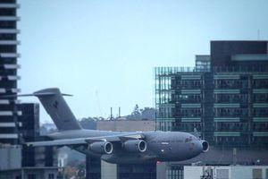 Thót tim máy bay quân sự khủng luồn lách giữa các tòa cao tầng