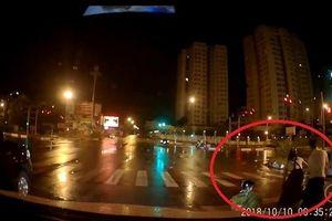 CLIP: Hai cô gái say khướt 'đánh vật' với chiếc xe máy trên đường