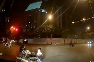 CLIP: Phóng nhanh không quan sát, hai xe máy tông nhau văng trước đầu ô tô
