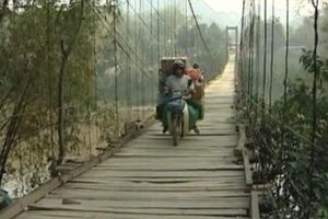 Đi cùng bạn trai đến cầu treo, nữ sinh bất ngờ nhảy xuống sông