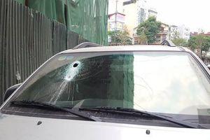 Hà Nội: Thanh sắt công trình xây dựng rơi thủng kính ô tô đỗ dưới đường