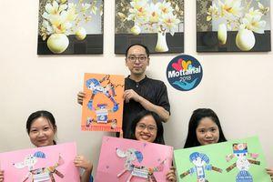 Nghệ nhân Nhật Bản hướng dẫn tình nguyện viên Mottainai cắt dán tranh từ tờ rơi