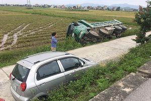 Nghệ An: Tránh xe ô tô con, xe tải lao xuống ruộng