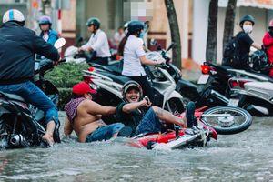Cần Thơ ngày nước nổi: Người vất vả - kẻ chụp ảnh vui đùa