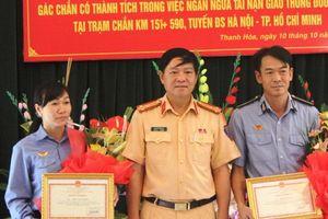 Khen thưởng nhân viên đường sắt ra tín hiệu dừng đoàn tàu tránh xảy ra tai nạn