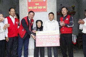 Trao tặng 13 nhà Chữ thập đỏ nhân kỷ niệm Ngày Giải phòng Thủ đô