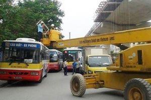 Xe công trình 'đè' xe buýt, đường Hồ Tùng Mậu kẹt cứng