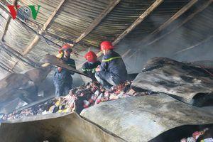 Hiện trường kho lạnh chứa hơn 100 tấn thanh long bị lửa thiêu rụi