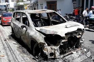 Xe 7 chỗ bị đốt trong đêm