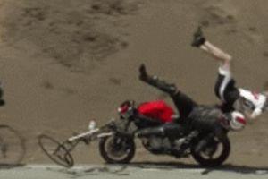 SỐC: 'Quỷ đỏ' Ducati hất lái xe đạp lộn vòng, bánh xe văng ra
