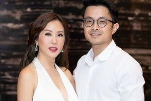 Hoa hậu Thu Hoài được tình trẻ 8X hộ tống đi sự kiện