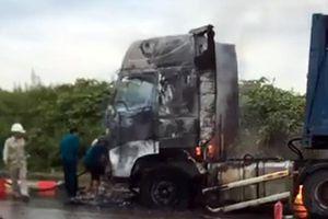 Xe container bốc cháy dữ dội ở Nghệ An
