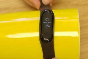 Apple Watch, vòng tay thông minh Xiaomi đo được nhịp tim của... quả chuối