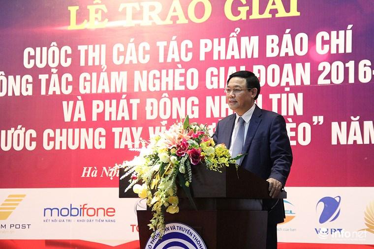 Phó Thủ tướng Vương Đình Huệ trao giải báo chí về công tác giảm nghèo