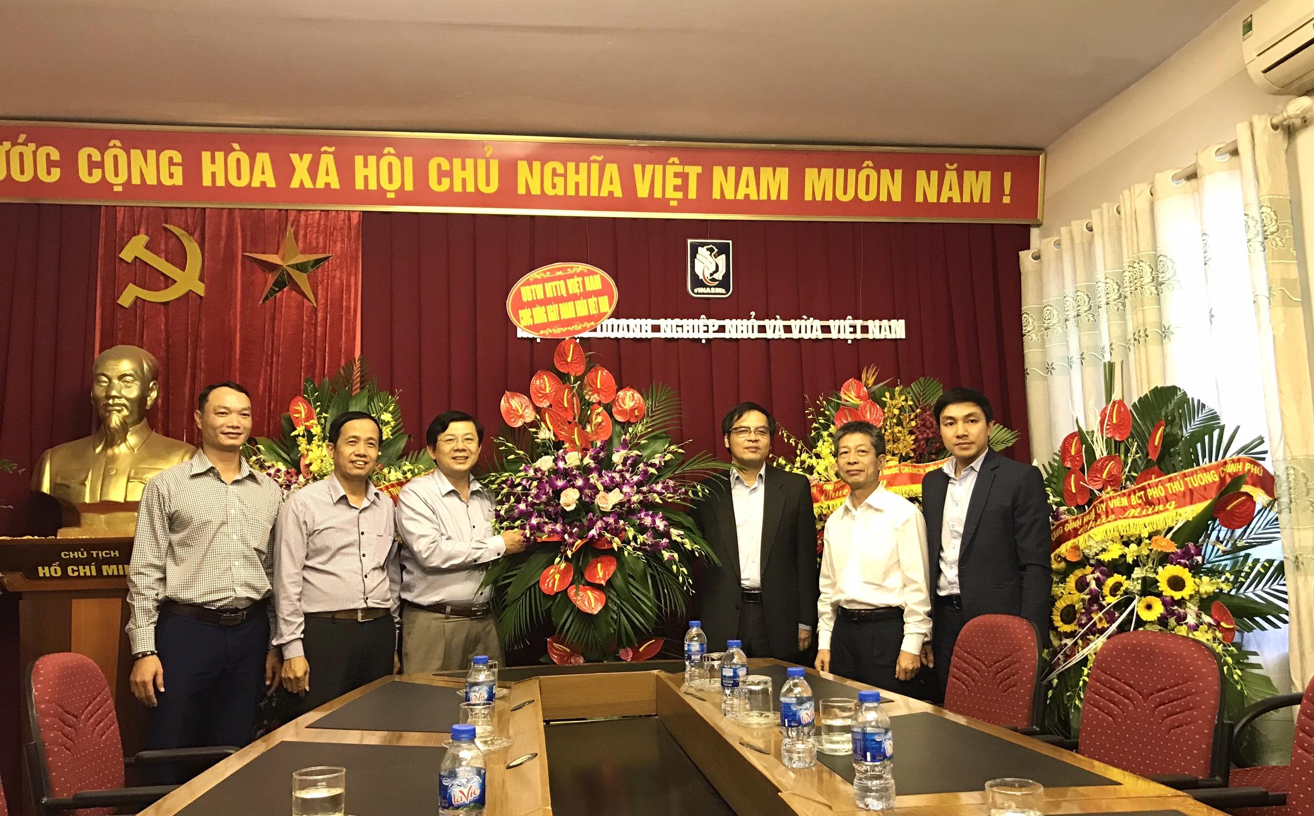 Trung ương MTTQ Việt Nam tặng hoa chúc mừng Hiệp hội DNNVV VN nhân Ngày Doanh nhân Việt Nam 13/10