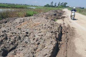 Bùn đất, phế thải xây dựng đổ trộm ngập đường