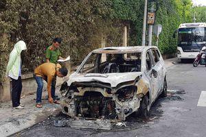 Ô tô của doanh nghiệp vận tải cháy ngùn ngụt sau tiếng nổ lớn