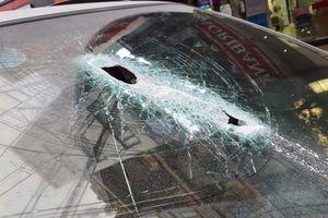 Hà Nội: Thanh sắt từ công trình xây dựng rơi đâm thủng kính ô tô, tài xế may mắn thoát khỏi 'tử thần'