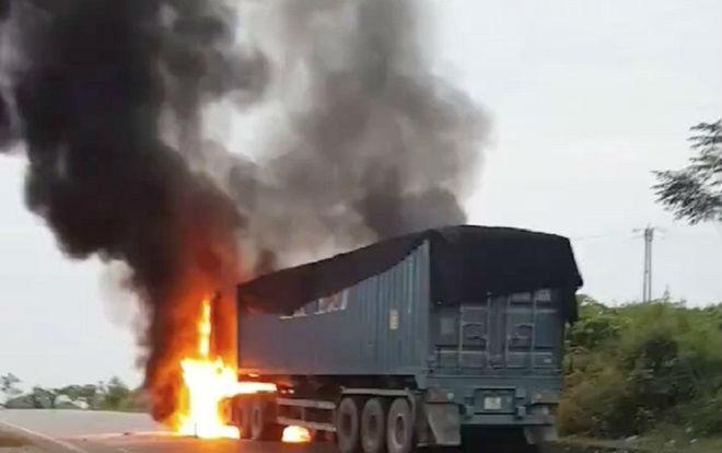 Xe container bất ngờ bốc cháy ngùn ngụt, tài xế tông cửa thoát thân