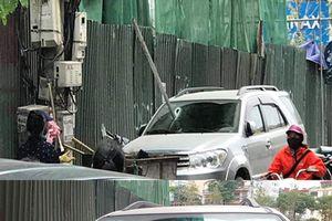 Hoảng hồn thanh sắt dài 3m rơi xuống đường, xuyên thủng kính ô tô