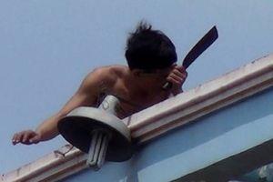 Vĩnh Phúc: Thanh niên `ngáo đá` vung dao làm loạn trước trụ sở ngân hàng