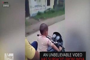 Bé trai 3 tuổi lái xe phân khối lớn lao vun vút trên đường