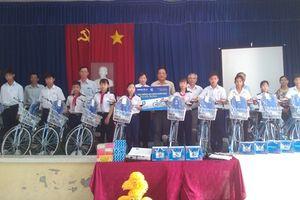 Tiền Giang:'An sinh giáo dục' trao xe đạp và ba lô cho học sinh có hoàn cảnh khó khăn