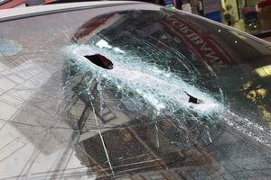 Hà Nội: Thanh sắt 3m rơi từ công trình xây dựng xuyên thủng kính ô tô